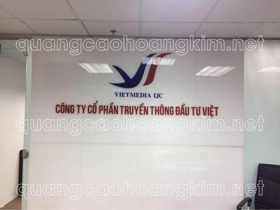 backdrop quầy lễ tân gắn logo mica công ty truyền thông