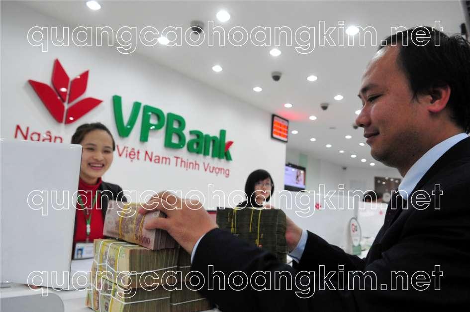 backdrop quầy lễ tân gắn logo mica và chữ nổi mica của ngân hàng