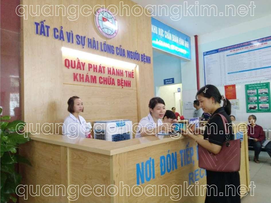 biển quảng cáo bệnh viện gắn logo mica làm backdrop quầy lễ tân