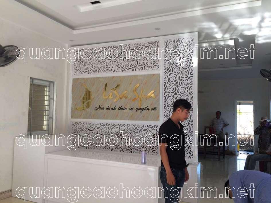 biển quảng cáo spa backdrop quầy lễ tân gắn logo inox và chữ inox
