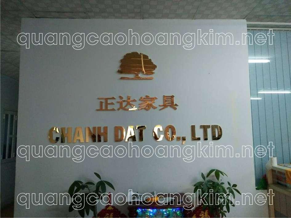 backdrop văn phòng gắn logo và chữ nổi inox vàng gương
