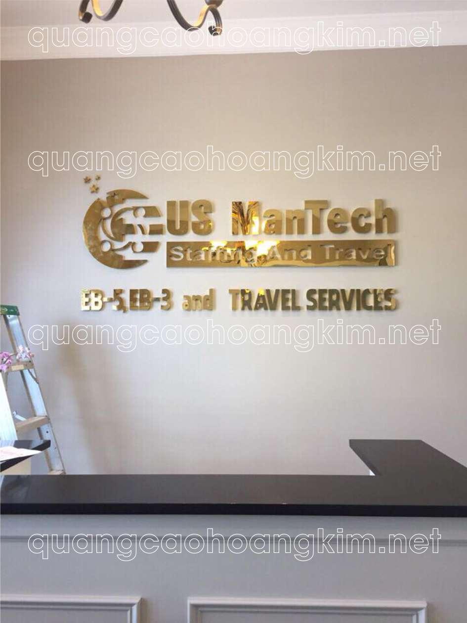 backdrop quầy lễ tân gắn logo và chữ inox vàng gương