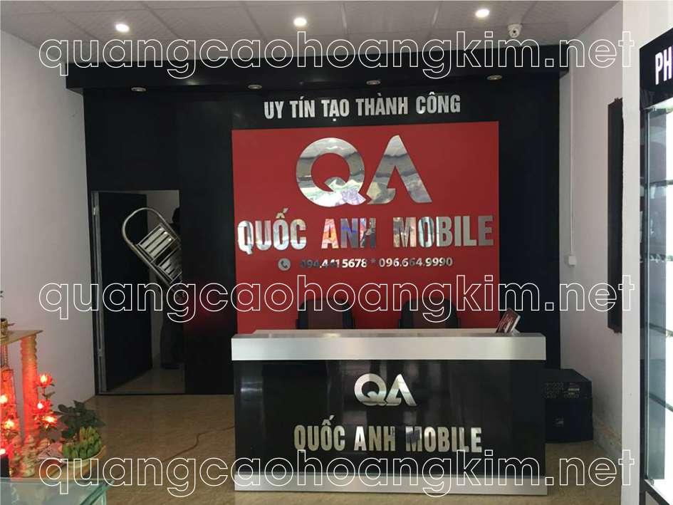 backdrop quầy lễ tân gắn logo và chữ inox cửa hàng điện thoại
