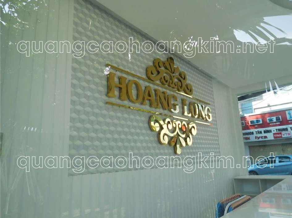 backdrop quầy lễ tân gắn logo inox vàng gương
