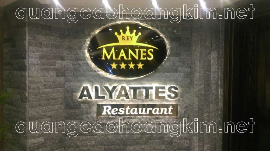 backdrop quầy lễ tân nhà hàng bằng logo inox và chữ inox