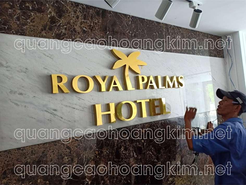 biển backdrop quầy lễ tân bằng logo và chữ inox của khách sạn