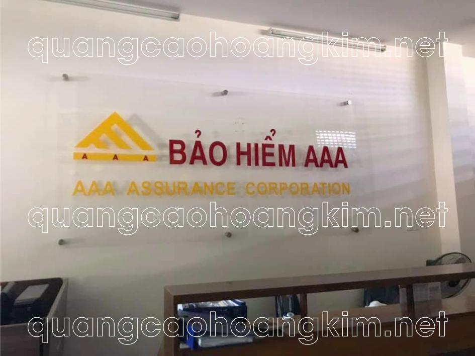 in logo trên kính làm backdrop văn phòng