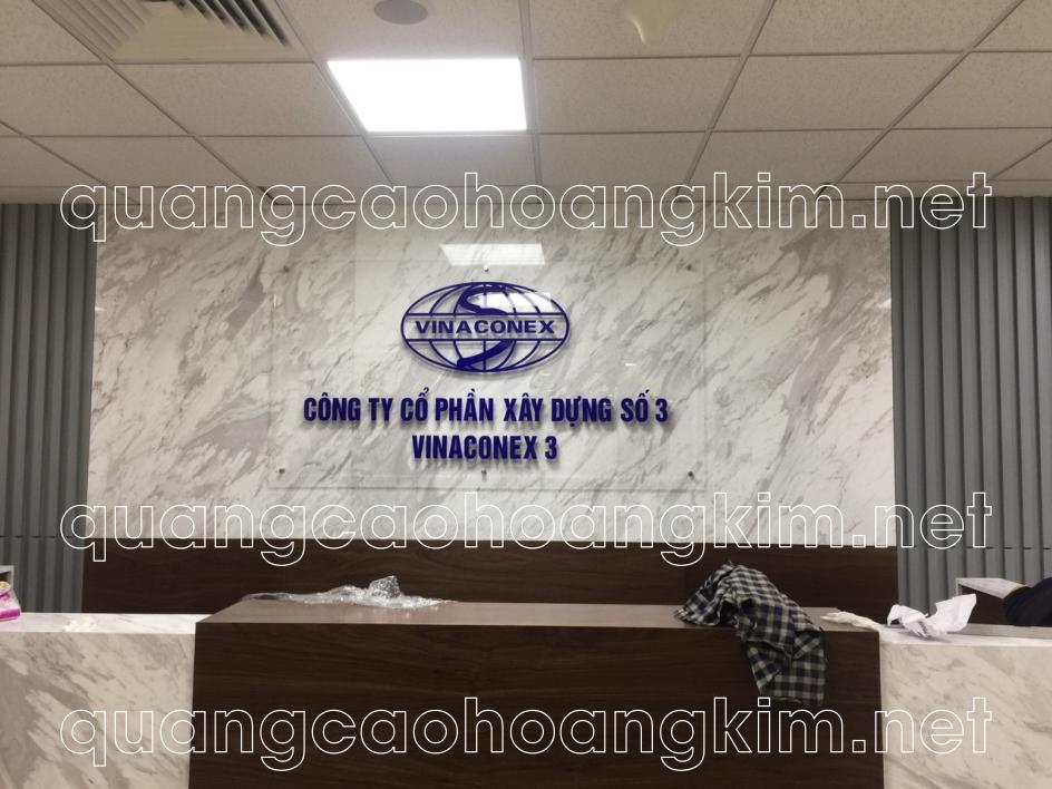 biển kính công ty làm backdrop quầy lễ tân gắn logo và chữ mica