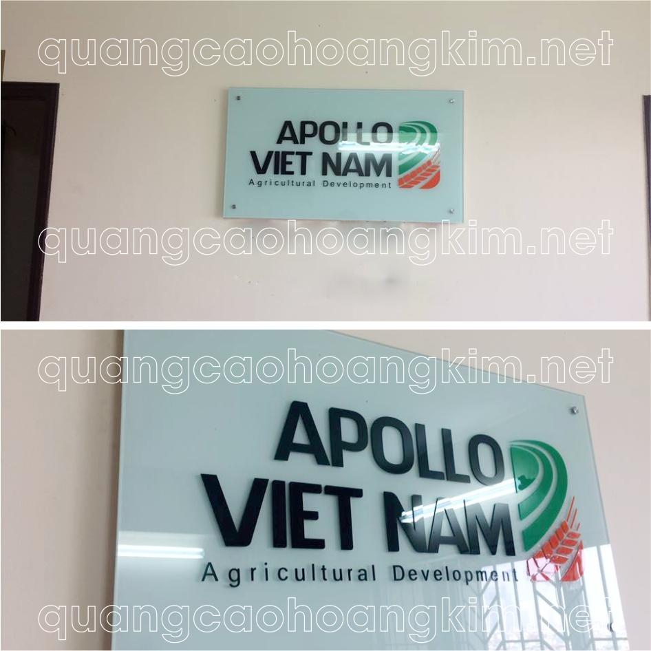 logo kính bằng logo và chữ nổi mica