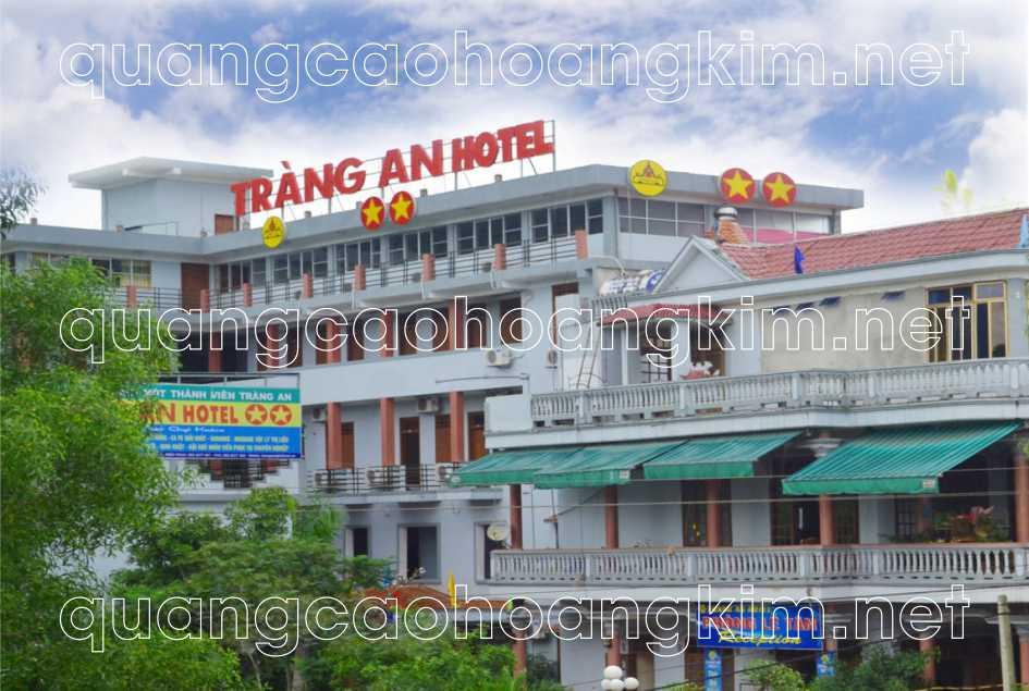 biển quảng cáo chữ nổi trên nóc tòa nhà khách sạn