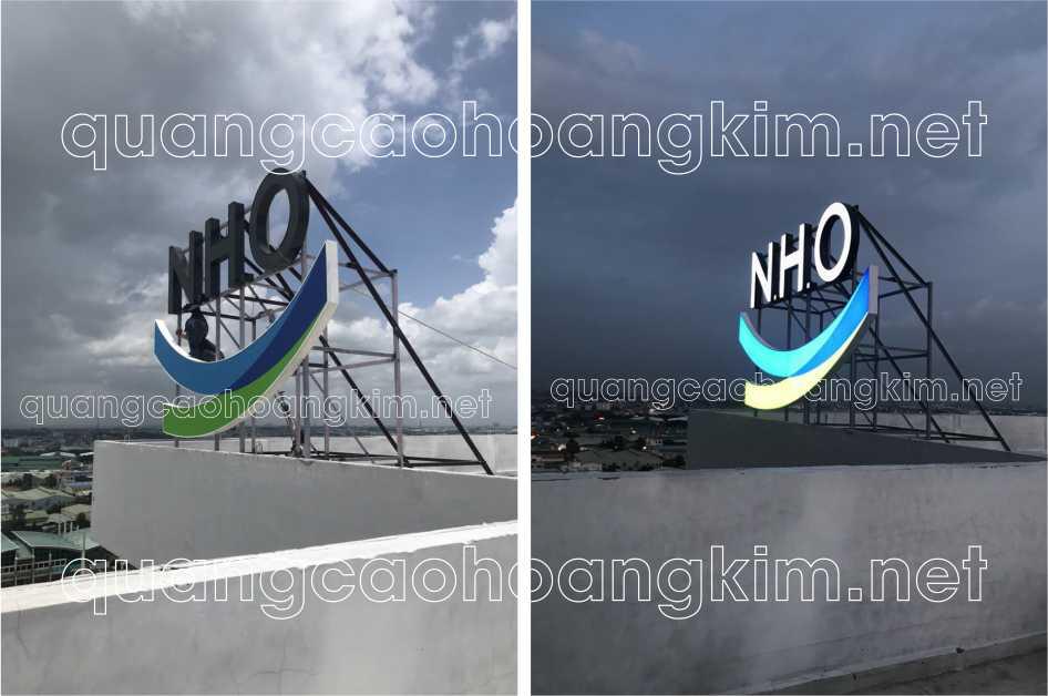biển quảng cáo logo và chữ nổi trên nóc tòa nhà gắn đèn led