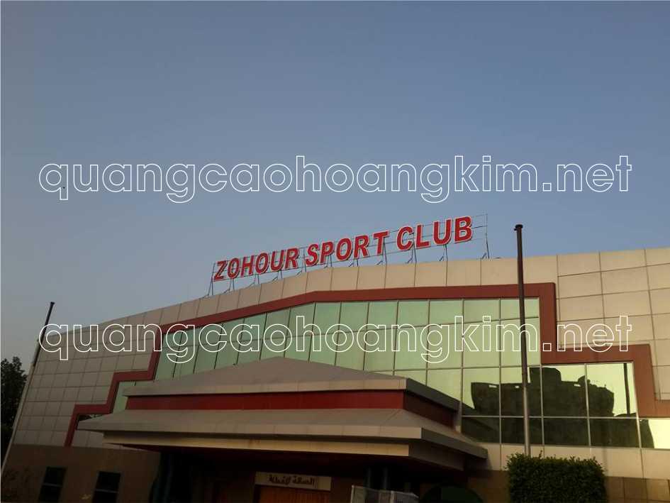 biển quảng cáo chữ nổi trên nóc tòa nhà trung tâm thể thao