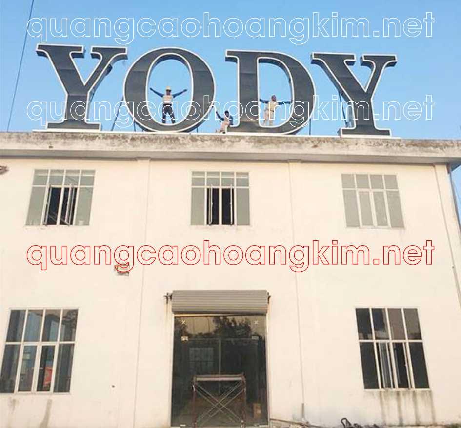 biển quảng cáo chữ nổi trên nóc tòa nhà thời trang yody