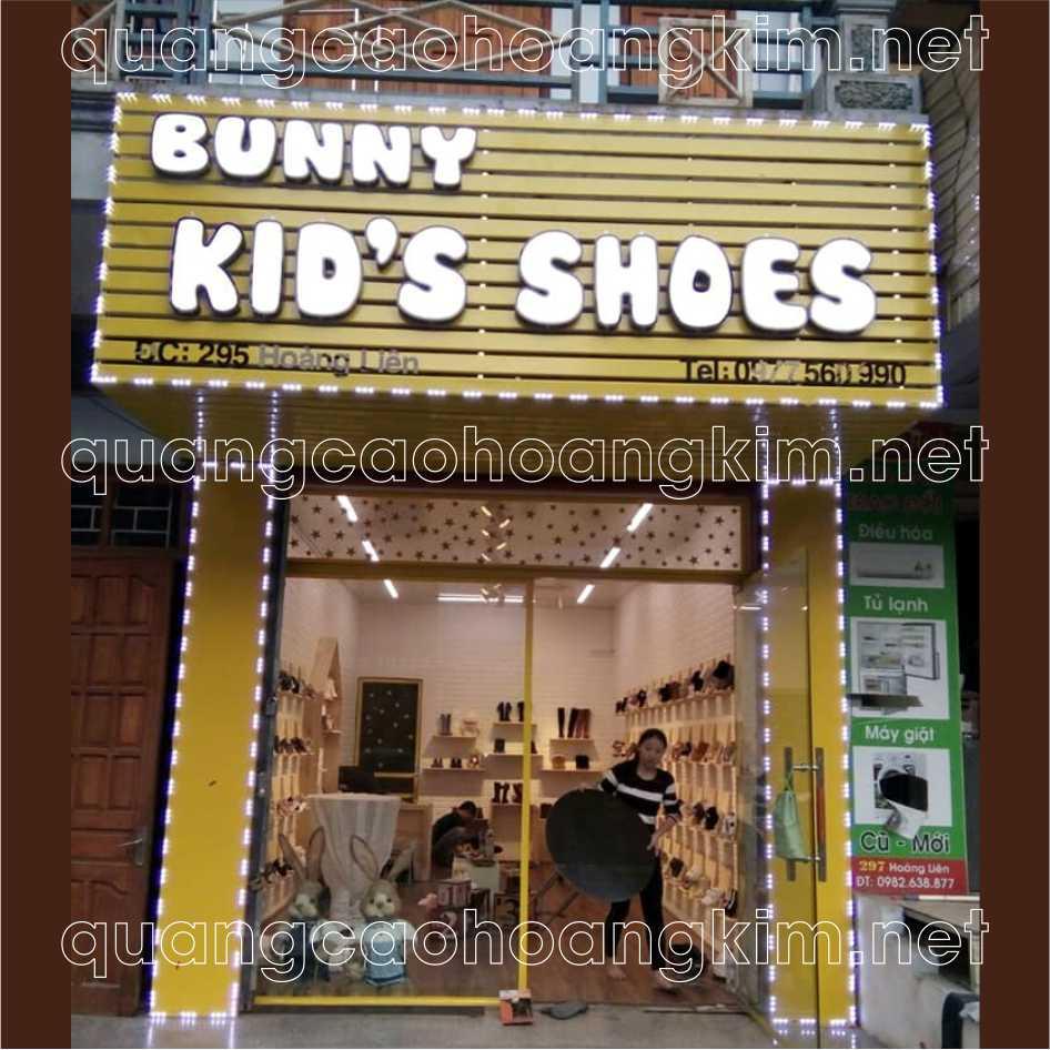 biển thanh thanh lam cửa hàng giày dép gắn chữ nổi mica led